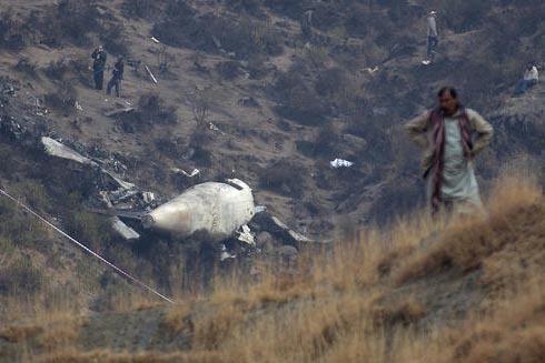El 8 de diciembre del 2016 un hombre se ubica cerca del sitio donde el dia anterior un avión de Pakistan International Airlines (PIA) se accidentó con 48 personas abordo, en lugar llamado Gug ce ...