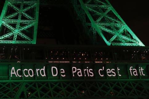 """La Torre Eiffel de la ciudad de París, Francia, se iluminó de verde y muestra el mensaje: """"El Acuerdo de París está hecho"""". El Acuerdo de la mayoría de naciones busca bajar la emisión de gas ..."""