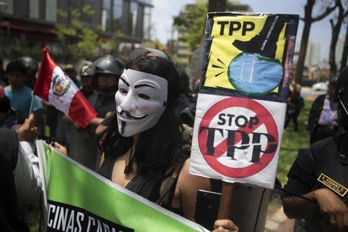 Manifestantes con carteles dicen no al Acuerdo Transpacífico (TPP) en Lima, Perú, el 18 de noviembre del 2016, mientras se desarrollaba la cumbre de los líderes de la APEC  (Asia-Pacific Econom ...