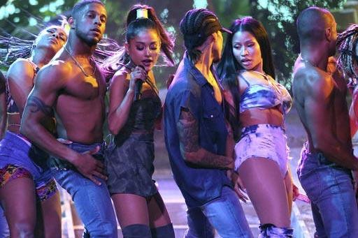 """Ariana Grande, tercera desde la izquierda y Nicki Minaj, segunda desde la derecha, en la canción """"Side To Side"""" durante su actuación en los American Music Awards en el Microsoft Theater, el domi ..."""