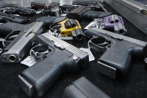 En esta foto de archivo se ven pistolas mostradas durante una exhibición de armas en Albany, Nueva York. Una investigación periodística de Associated Press y USA TODAY Network de enero 1 del 20 ...