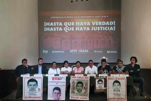 Familiares de los 43 estudiantes desaparecidos en Ayotzinapa, Guerrero, México, aparecen aquí (con las fotos de algunos de esos estudiantes) en la Ciudad de México el 15 de septiembre del 2016. ...