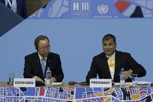 El Secretario General de las Naciones Unidas Ban Ki-moon, izquierda, escucha al presidente de Ecuador Rafael Correa en la apertura de la Conferencia Habitat en Quito, Ecuador, el lunes 17 de Octub ...