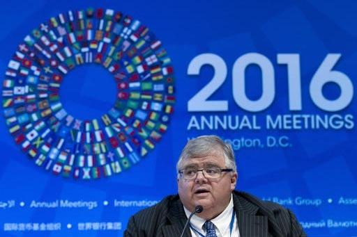 Agustín Carstens, gobernador del Banco de México y presidente del Comité Directivo del Fondo Monetario Internacional (IMFC por sus siglas en inglés), habla a la prensa durante una reunión del ...