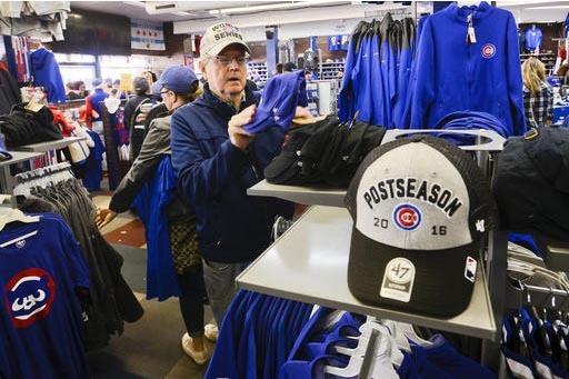 Luego que Los Cachorros de Chicago ganaron el campeonato de Béisbol de las grandes ligas en Estados Unidos, los emblemas y mercancía se han vuelto muy populares. El Papa Francisco recibió de re ...