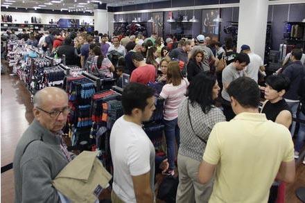 """Consumidores hacen fila para pagar por su mercancía, con las ofertas de """"Black Friday"""", en la tienda Tommy Hilfiger, el viernes 25 de noviembre del 2016, en Miami. (AP Photo/Alan Diaz)."""