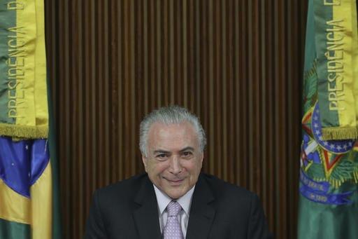 El Presidente de Brasil, Michel Temer, sonríe durante la presentación de su propuesta de reforma al sistema de pensiones que incluye la jubilación a los 65 años de edad, ante el Congreso Nacio ...