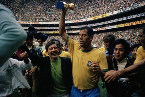 En esta foto de archivo, de Junio 21 de 1970 aparece al centro el capitán de la selección brasileña de fútbol, Carlos Alberto, con la Copa de oro Jules Rimet, después de vencer a Italia en el ...