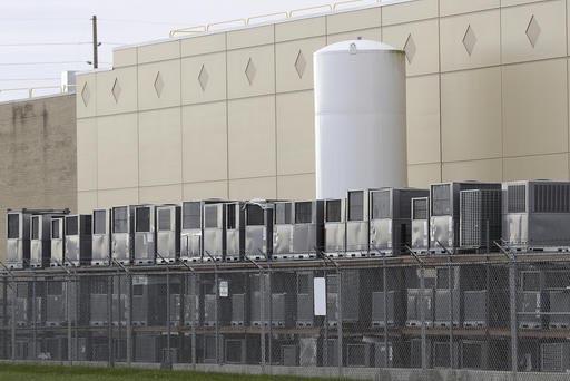 Unidades de aire acondicionado se ven almacenadas en una parte de la planta Carrier Corp. en Indianápolis, el 30 de noviembre del 2016. La empresa Carrier anunció que cancela planes de cambiar s ...