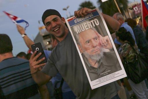 """Yoel Santiago, de 33 ños, se toma una foto con la primera plana del periódico El Nuevo Herald con la noticia de la muerte de Fidel Castro, durante una celebración en """"La Pequeña Habana"""", en Mi ..."""