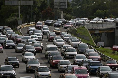 La congestión vehicular y la contaminación del aire de la ciudad de México son severas, como se aprecia en esta vía rápida que los autos avanzan lento, el 6 de junio del 2016. Por eso las aut ...