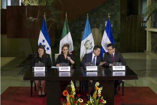 Desde la izquierda: los cancilleres Maria Dolores Agüero de Honduras, Claudia Ruiz Masseiu de México, Carlos Raul Morales de Guatemala y Hugo Martinez de El Salvador dan una conferencia de prens ...
