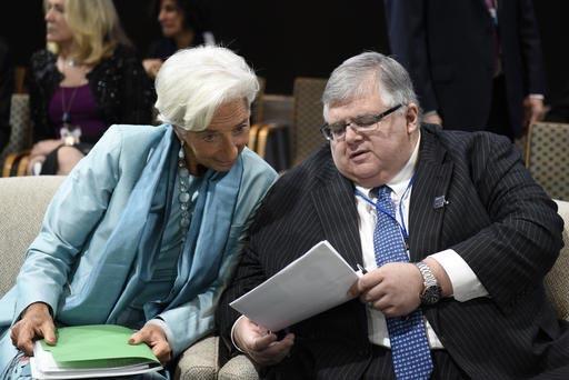 Christine Lagarde, gerente del International Monetary Fund (IMF), izquierda, habla con Agustín Carstens presidente del Comite Directivo de este organismo financiero y gobernador del Banco de Méx ...