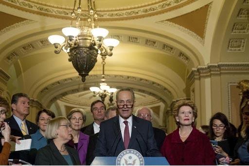 El Senador Chuck Schumer, D-N.Y., al centro, fue elegido líder de la minoría demócrata en el senado nacional en Washington DC, el 16 de noviembre del 2016. Al hablar ante la prensa lo acompaña ...
