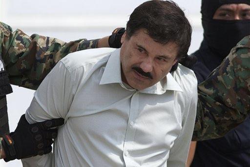 """Esta foto de febrero 22 del 2014 muestra a Joaquin """"El Chapo"""" Guzman, el líder del Cártel de Sinaloa en México, cuando fue capturado y al momento que era escoltado a un helicóptero en la Ciuda ..."""