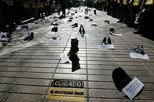 En esta foto de archivo, del 26 de julio del 2007, se muestra una protesta con zapatos representando a 300 mujeres asesinadas entre 2001 y 2007 en Chile, organizada por la Coordinadora Chilena Con ...