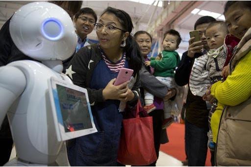 Pepper, es el nombre de este robot de compañía, de e-commerce Alibaba, que atrae la atención de visitantes durante la  World Robot Conference en Beijing, China, el viernes 21 de octubre del 201 ...
