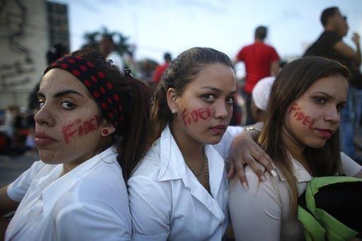 Jóovenes mujeres cubanas con el el nombre Fidel pintado en sus rostros, se aprestan a participar en el inicio de la manifestación en honor del líder fallecido, en la Plaza de la Revolución en  ...