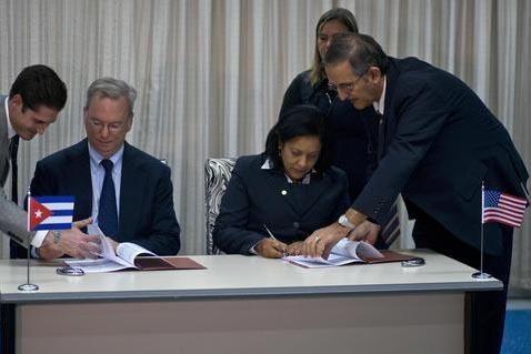 El presidente de Google, Eric Schmidt, sentado izquierda, y Mayra Arevich Marin, presidenta de Etecsa, firman un acuerdo en la Habana, Cuba, el 12 de diciembre del 2016. Google instalará servidor ...