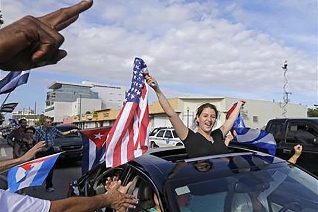 En esta fotografía de archivo del 26 de noviembre de 2016, cubano-estadounidenses festejan la muerte de Fidel Castro,  en la Pequeña Habana en Miami. Exiliados cubanos se manifiestaron en Miami  ...