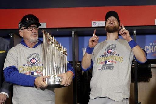 Ben Zobrist, de los Cachorros de Chicago, derecha, y el manager Joe Maddon, celebran después de ganar el juego 7 de la serie mundial de la liga mayor de beisbol, contra los Indios de Cleveland, e ...