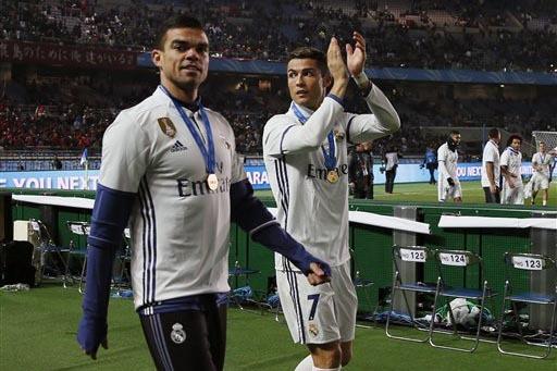 Cristiano Ronaldo, derecha, y Pepe celebran después de ganar el partido al equipo Kashima Antlers, en la final de la Copa Mundial de Clubes de la FIFA, en Yokohama, cerca de Tokyo, el domingo 18  ...