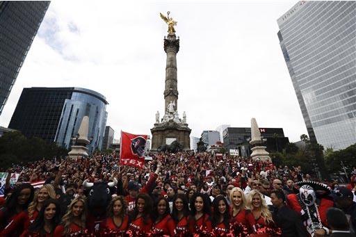 Las jóvenes porristas del equipo de fútbol americano Texans, de Houston, Texas, Estados Unidos, se presentaron en el monumento del Ángel de la Independencia en la Ciudad de México, el domingo  ...