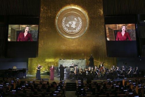 Andrea Rost (en las pantallas) canta con la Opera Estatal de Hungría durante un evento por la celebración del Día de Las Naciones Unidas, en Nueva York, el 24 de octubre del 2016. (AP Photo/Set ...