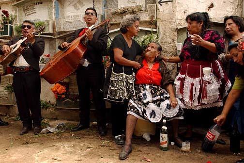 Felipa Morales de la Cruz, de 87 años y sentada, habla con su hija y amistades durante la visita a la tumba de su esposo difunto, en el cementerio central de la ciudad de Guatemala, el uno de nov ...