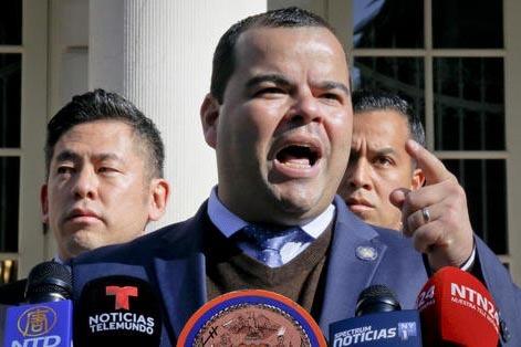 El 16 de noviembre del 2016 en Nueva York, legisladores y activistas aparcen junto al asambleísta estatal de Nueva York, Marcos Crespo, en una conferencia de prensa para pedir publicamente al pre ...