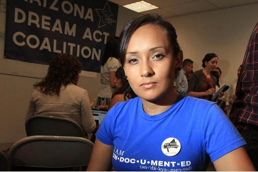 La joven inmigrante Erika Andiola, de Mesa, Arizona, aparece en esta foto de agosto 15 del 2012, en una oficina donde ayudaban a jóvenes indocumentados a registrarse en el programa DACA. El presi ...