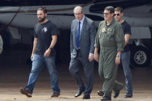 Eduardo Cunha (de traje al centro), expresidente de la Cámara Baja de la Legislatura de Barsil, y quien encabezó el movimiento para destituir a la presidenta Dilma Rousseff, fue detenido el 19 d ...