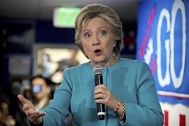 La candidata presidencial demócrata Hillary Clinton da un mensaje a su equipo de campaña en una oficina en Seattle, el 14 de octubre de 2016. (AP Foto/Andrew Harnik, Archivo).