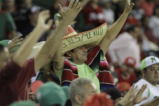 """Fans del equipo mexicano de béisbol """"Venados"""" de Mazatlán les expresa su apoyo. (Foto Archivo/AP/Roberto Guzman)."""