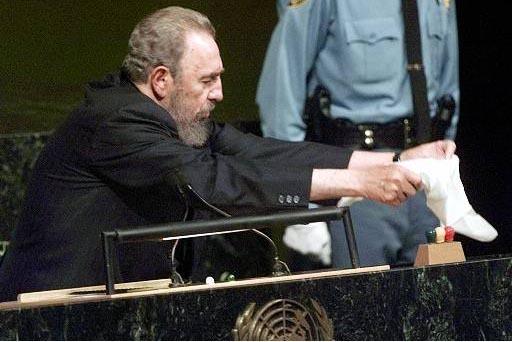 El entonces presidente de Cuba, Fidel Castro, cubre con su pañuelo las luces que avisan del tiempo que tienen los oradores, al momento de hablar ante los miembros de la Asamblea General de las Na ...