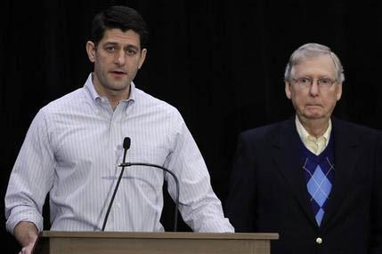El presidente de la Cámara de Representantes Paul Ryan, a la izquierda, acompañado por el líder de la mayoría republicana en el Senado Mitch McConnell, en conferencia de prensa durante el cón ...