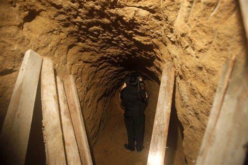 En esta foto de archivo un camarógrafo toma imagen dentro de un túnel en la frontera México - Estados Unidos, el 27 de octubre del 2009, en Tijuana, México. Ahora el 13 de diciembre del 2016 a ...