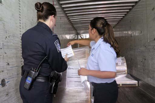 La oficial de Aduanas y Protecció Fronteriza de EEUU, Rachel McCormick, izquierda, y la oficial mexicana de Aduanas, Alejandra Galindo, hablan sobre el cruce de camiones en el puesto fronterizo d ...