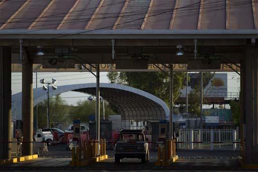 Una camioneta pasa a través del puerto de entrada en San Luis Rio COlorado, México, en la frontera con Yuma, Arizona, Estados Unidos, en julio 29 del 2010. Las autoridades de los dos países tra ...