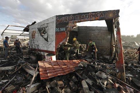 Bomberos y rescatistas remueven escombro en uno de los locales de lo que fue el mercado de fuegos artificiales San Pablito, en Tultepec, Estado de México, México, donde una explosión originó u ...