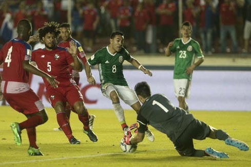 Marco Fabian, (8) del seleccionado mexicano intenta anotar gol pero el portero de la selección de Panamá detiene el balón, durante el partido de fútbol jugado el 15 de noviembre del 2016 en la ...