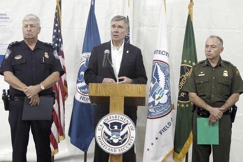Gil Kerlikowske, comisionado de Customs and Border Protection, al centro, habla en conferencia de prensa dentro de instalaciones temporales que procesan a migrantes indocumentados centroamericanos ...