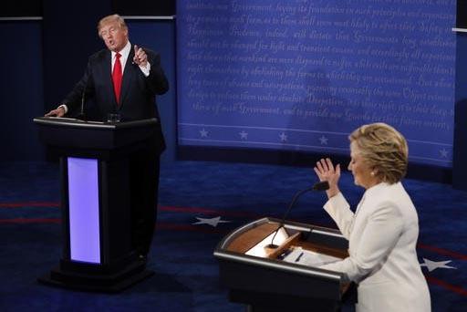 La candidata demócrata a la presidencia, Hillary Clinton y el nominado republcano Donald Trump discuten en el tercer y último debate presidencial, llevado a cabo en la UNLV de Las Vegas, el mié ...