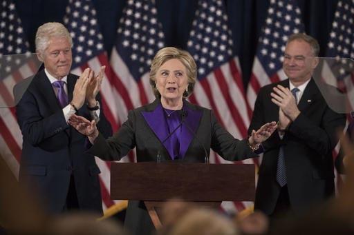 El expresidente Bill Clinton, izquierda, y el candidato demócrata a vicepresidente, Sen. Tim Kaine, (D-Va.), aplauden a la candidata demócrata presidencial Hillary Clinton, en New York, la maña ...