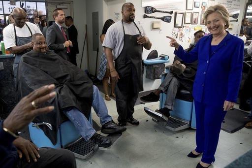 """La candidata demócrata a la presidencia, Hillary Clinton, habla con clientes en la peluquería """"Love's Barbershop"""" en North Las Vegas, Nev., el dos de noviembre del 2016. (AP Photo/Andrew Harnik)."""