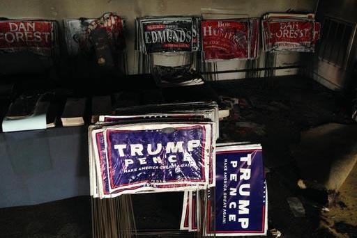 Pancartas derretidas de la campaña electoral presidencial se ven aquí, luego de un incendio premeditado en la oficina del Partido Republicano en Hillsborough, Carolina del Norte, el domingo 16 d ...