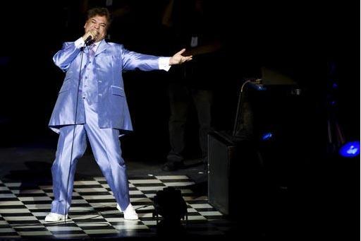Una empresa mexicana subastará artículos personales de Juan Gabriel, incluidas algunas prendas como vestuario que usó en conciertos. En esta foto de archvo aparece en una presentación el 25 de ...