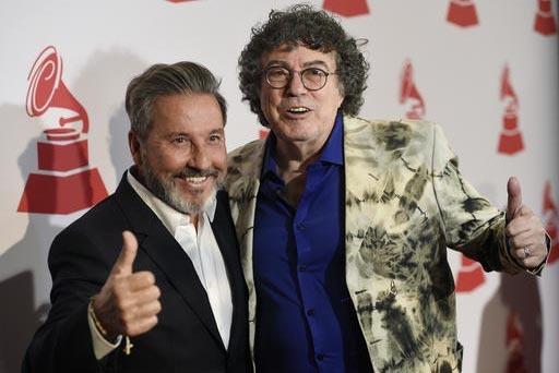 Los cantantes Ricardo Montaner, izquierda, y Piero posan durante la entrega de los Latin Grammy Special Merit Awards en el hotel Four Seasons de Las Vegas, el 16 de noviembre del 2016. (Photo by C ...