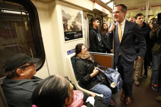 """En un acto para dar confianza a la gente, el alcalde de los Ángeles, Eric Garcetti, a la derecha, habla con pasajeros abordo del tren del metro """"Línea Roja"""", que él tomó en la estación """"Unive ..."""
