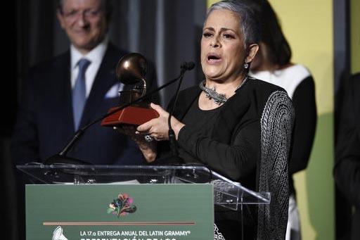 La cantante Eugenia Leon acepta su premio al Mérito en los Latin Grammy, el 16 de noviembre del 2016, en Las Vegas. (Photo by Chris Pizzello/Invision/AP).